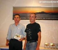 Ángel Molina Cánovas (izqda) presidente de FAMUR, recibe la placa conmemorativa de José Miguel Manzanares López, vocal de Parapente del CEX