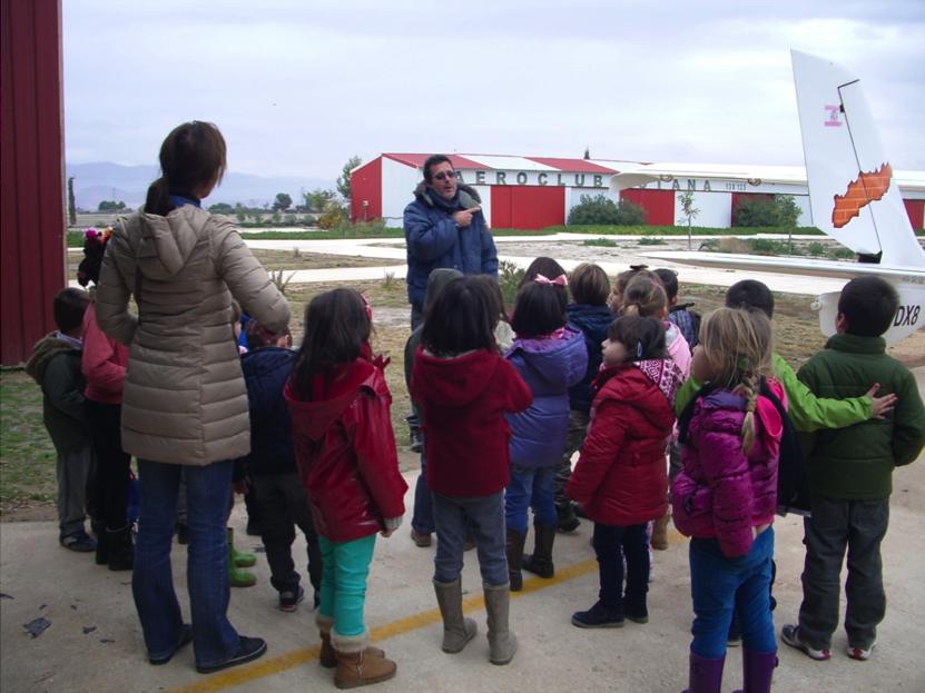 Niños del Colegio Público de Santo Ángel visitan el Aeroclub Totana