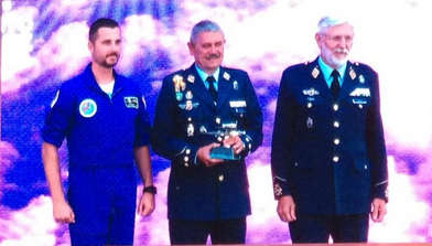 El Ejercito del Aire premia al Club de Paracaidismo Papea